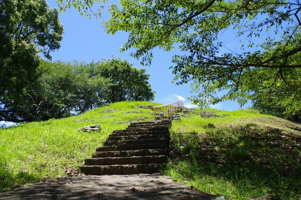 入り口近くの丘